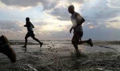 2 corriendo a la orilla del mar